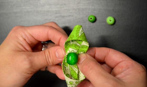 Ompelua helpottaa, kun helmet tai napit ompelee kiinni vain yhteen nauhaan.