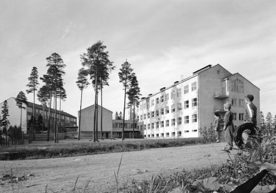 Uusi koulurakennus Helsingissä. Kuva: Kalle Kultala, 1950-luku.