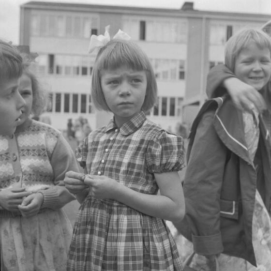 Tyttöjä välitunnilla koulun pihalla. Kalle Kultala, 1950-luku.