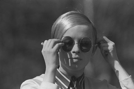 Mannekiini aurinkolaseissa. 1960-luku.