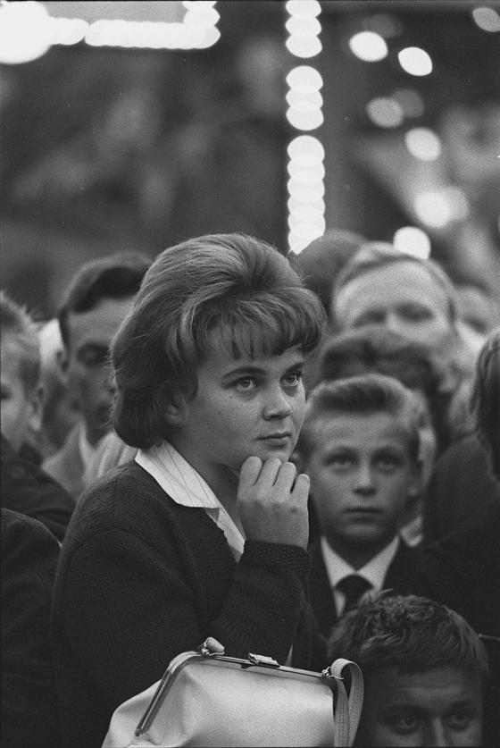 Nyrkkeilijä Sonny Listonin näytös Linnanmäellä, nuori nainen käsilaukkuineen kat