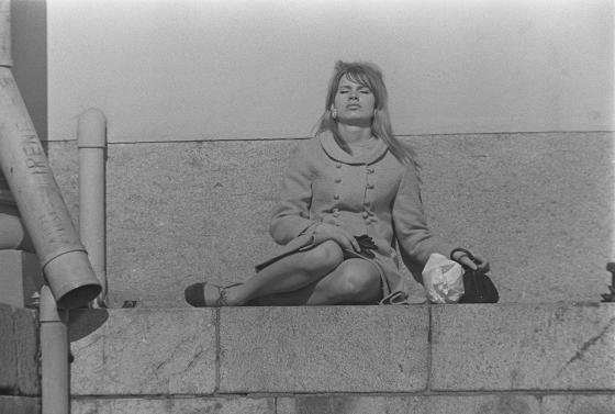 Keväinen Helsinki, nainen ottaa aurinkoa Suurkirkon portailla. 1960-luku.
