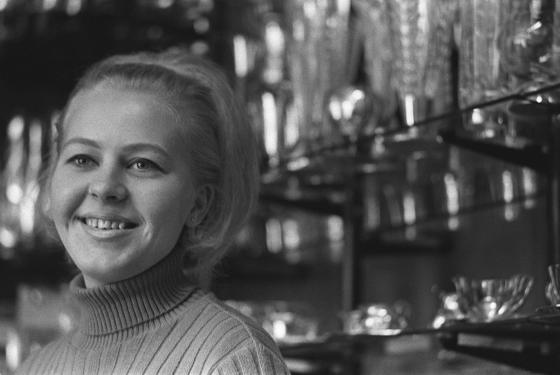 Myyjätär kaupassa, Joensuu. 1960-luku.
