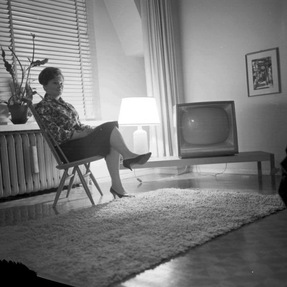 Nainen olohuoneessaan. 1960-luku.