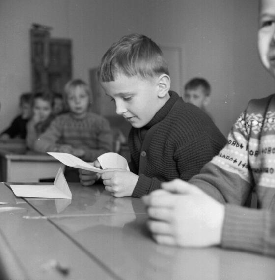 Koululainen lukee palkintojenjaossa saamaansa paperia. Kalle Kultala, 1960-luku.