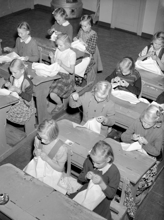 Tytöt ompelevat käsityötunnilla Turengin kansakoulussa. Kalle Kultala, 1950-luku