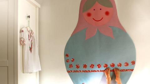 Paperinen maatuska lastenhuoneen seinällä.