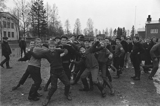 Koululaisia välitunnilla Teuvassa. Kalle Kultala, 1.10.1964.