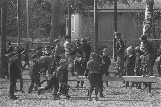 Välitunti Vartiokylän koulussa Helsingissä. Kalle Kultala, 1960-luku.