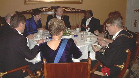 Vuonna 1998 juhlavieraita kahvipöydässä, mm Tellervo Koivisto, Martti Ahtisaari, Eeva Ahtisaari ja Mauno Koivisto.Kuva: Touko Yrttimaa/YLE