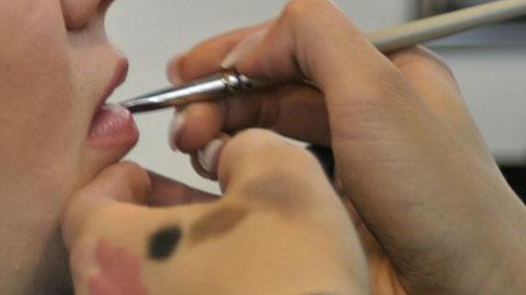 Huulimeikin väri sekoitettiin useammasta roosan sävystä.  Kuva: YLE