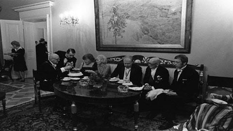 Presidentinlinnassa vuonan 1976. Presidentti Urho Kekkonen, pääministeri Martti Miettunen ja ulkoministeri Keijo Korhonen kahvipöydässä.Kuva: Kalle Kultala/YLE.