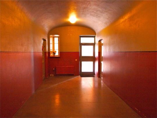 Käytävässä on vaikuttava valaistus ja väritys.
