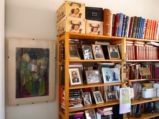 Kirjallisuus-, musiikki- ja matkailuharrastus näkyy kodissa.