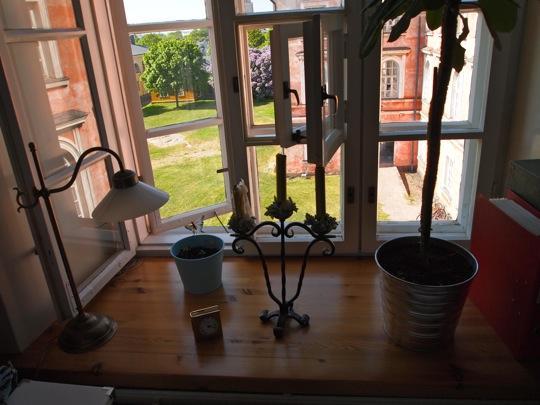 Ikkunat ja ikkunalaudat sekä huonekorkeus korvaavat neliöt.