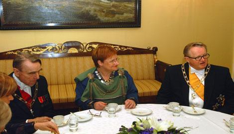 Juhlavieraita kahvipöydässä: presidentti Mauno Koivisto, presidentti Tarja Halonen ja presidentti Martti Ahtisaari.Kuva: Touko YrttimaaYLE
