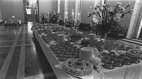 Valtiopäivien päättäjäiset 1977. Valtiosaliin katettu kahvipöytä.Kuva: Kalle Kultala/YLE