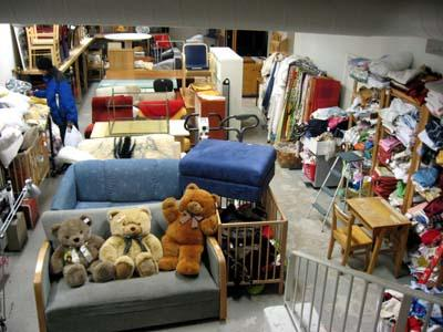 Fidan alakerta kätkee uumeniinsa huonekaluja, kankaita ja kodin elektroniikkaa.
