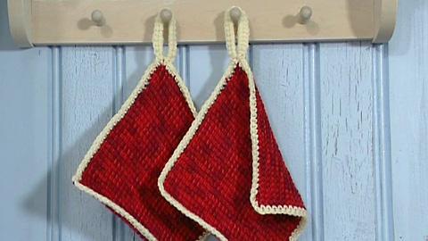 Koukkuamalla on tehty ennen vanhaan kestävyyttä vaativia käsitöitä kuten sukkia ja lapasia. Kuva: Strömsö