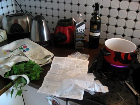 Tapahtumapaikkana oma keittiö. Tarpeisto: kattila, punaviiniä, nokkosia, nahkahanskat, sakset, sihvilä ja kauha.