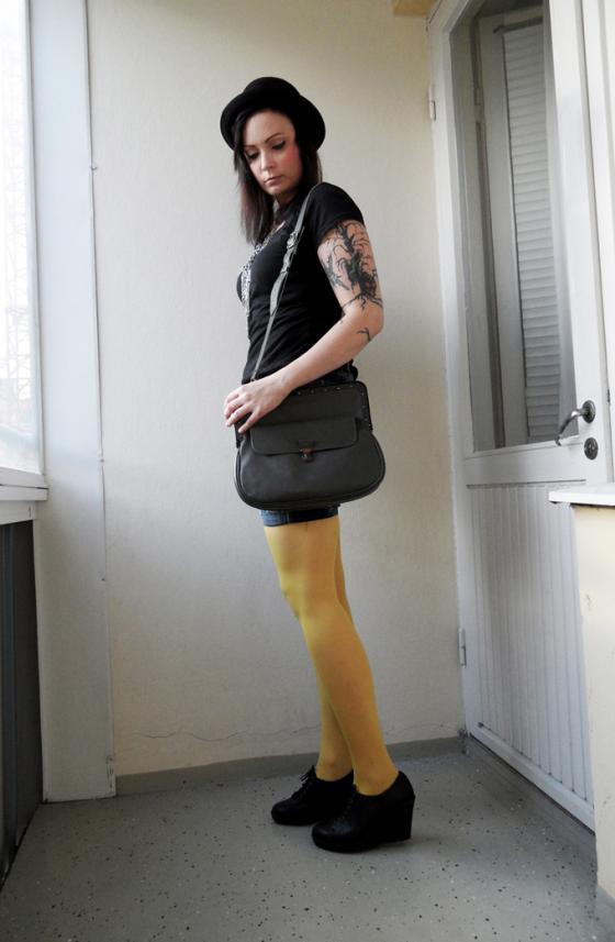 Värikkäät sukkahousut piristävät asun. Kuva: Ulla-Riikan blogi