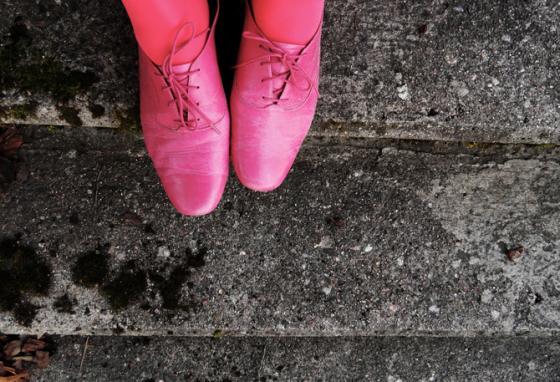 Asun väripilkku voi löytyä kengistä ja sukkahousuista. Kuva: Ulla-Riikan blogi