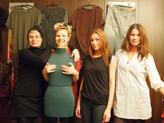 gTien Jenni, Outi, Stephanie ja pukuhuone.fi:n Hanna.