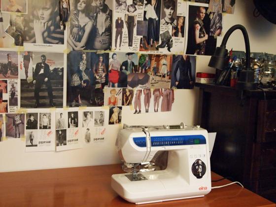 Työhuone ja valmistuvan Trashion-kirjan moodboard.