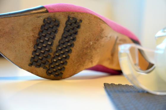 Liukas kenkä? Lisää liukuestemattoa myös kengänpohjaan - sopii sisäkäyttöön.