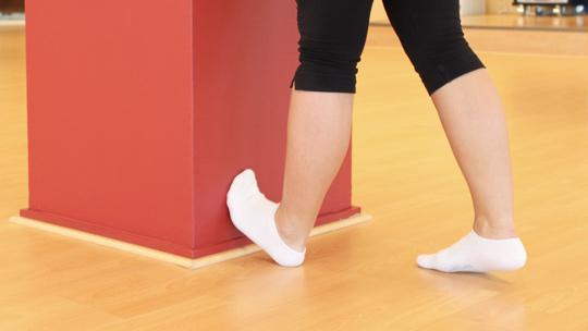 Pohkeet: Laita toinen jalkaterä seinää vasten ja nojaa vartaloa eteenpäin.