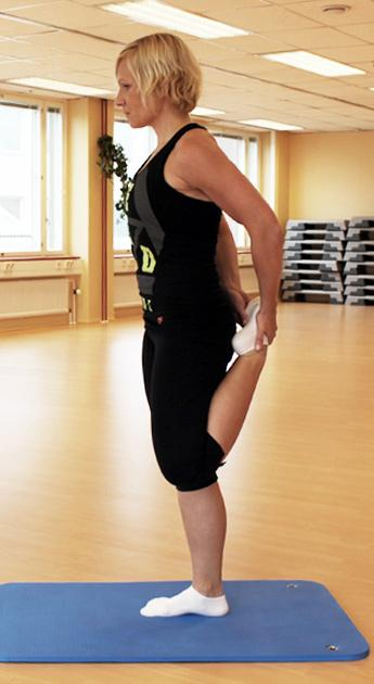 Reiden etuosa: seiso selkä suorana, koukista jalka polvesta kokonaan taakse, ved