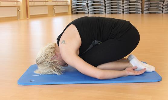 Alaselkä: mene polvilleen lattialle, asetu lepäämään jalkojen päälle alaselkä py