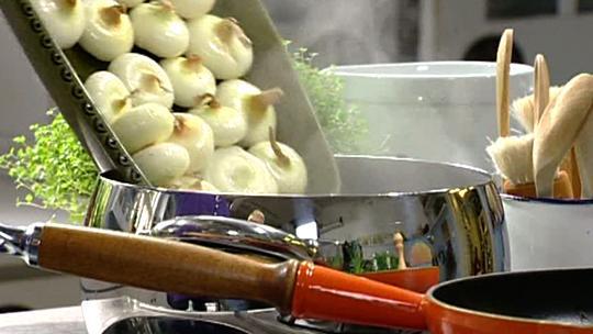 Sipulipiirakan valmistus. Kuvat: Strömsö
