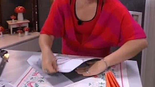 Neliönmuotoiseen paperiin syntyy yhteensä neljä taitosta.