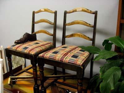Juuri tällaiset tuolit sopivat hyvin tuunausprojektin kohteeksi! Muistathan taannoisen istuintyynypäällystysprojektini? Kuvan tuoleista saisi hienot maalaamalla ne vaikka valkoisiksi ja vaihtamalla istuintyynyjen kankaan.