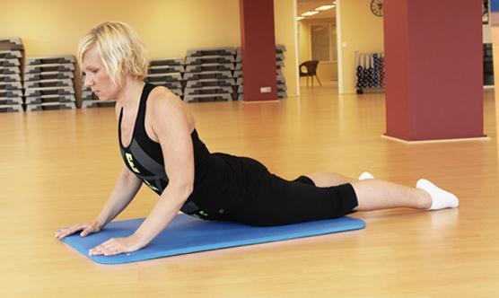 Vatsalihakset: Makaa vatsallaan, nosta ylävartalo käsien varaan – työnnä ylävart