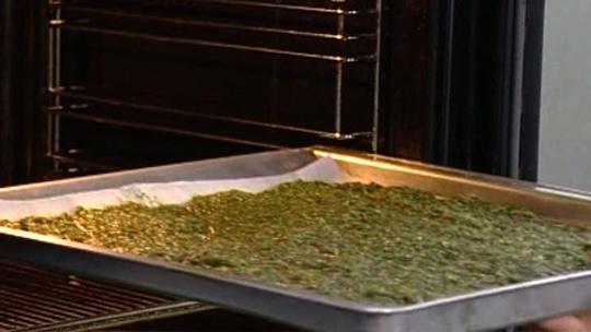 Seos laitetaan uuniin 40 asteeseen, uuninluukku raolleen.