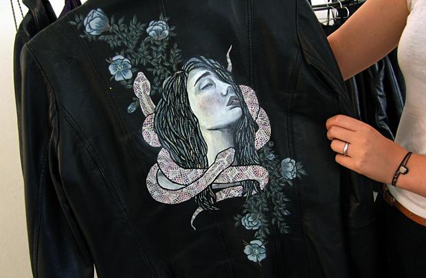 Erika Works maalaa nahkaan taideteoksia. Kuva: Siiri Huttunen