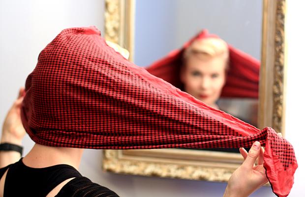 Bomb Girls -huivin sidontaa. Kuva: Siiri Huttunen, Yle Olotila