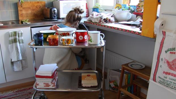 Merivaaran instrumenttipöytä palvelee keittiössä. Kuva: Reetta Arvila, Yle