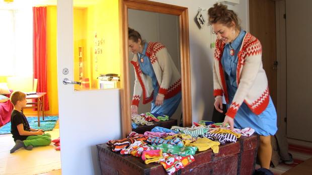 Aino ei raski luopua vanhoista lastenvaatteista. Kuva: Reetta Arvila, Yle