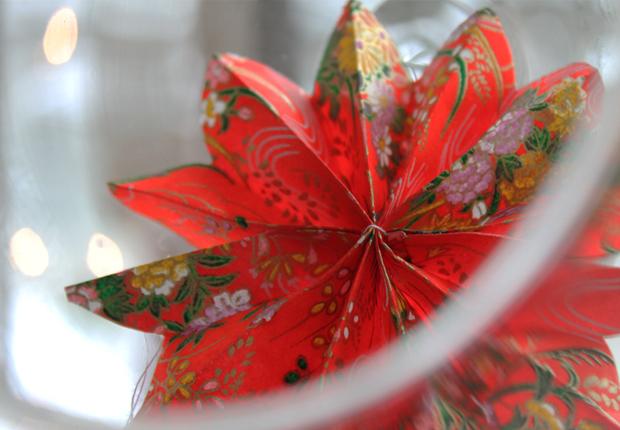 Tee itse paperitähtiä ja kukkia jouluun. Kuva: Ulla Vuorela