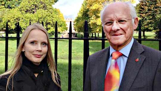 Toimittaja Minna Dufton ja prinsessa Dianan entinen lehdistöpäällikkö Dickie Arbiter. Kuva: Yle