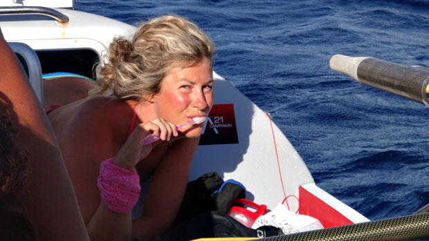 Hampaiden pesu veneessä oli haasteellista. Kuva: Julia Immonen