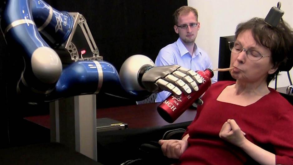 Halvaantunut ja robottikäsi
